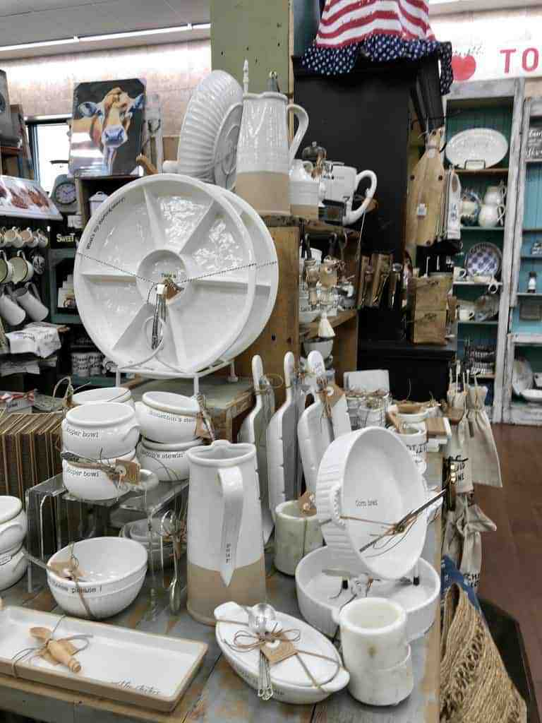 Best gifts to buy at Buc-ee's: Cute housewares and serving dishes